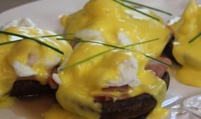 Mushroom-Cap-Eggs-Benedict